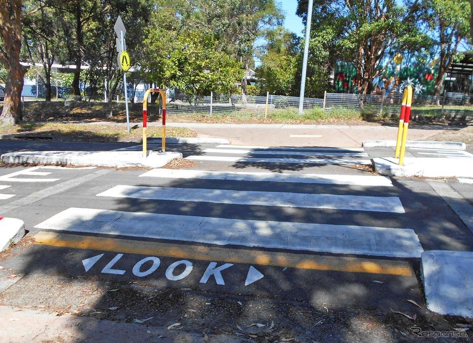 横断する歩行者に、左右を注意するよう呼びかける「LOOK」の文字。