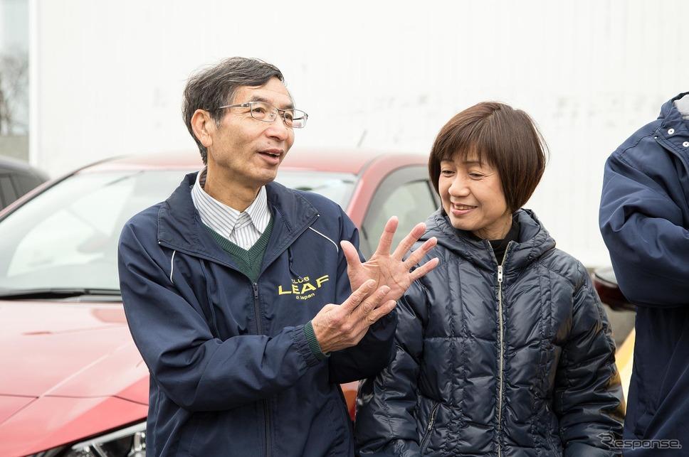 「リーフを持って生活が一変した」と話す寺西五男さん(左)