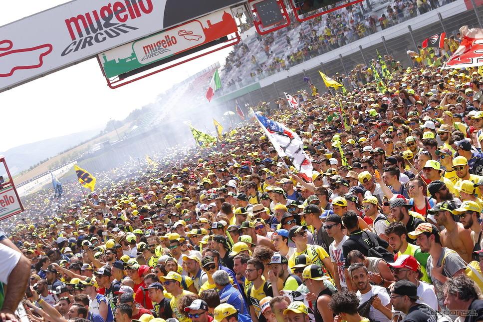 メインストレート開放。MotoGPイタリアGPの表彰式でのメインストレートの様子