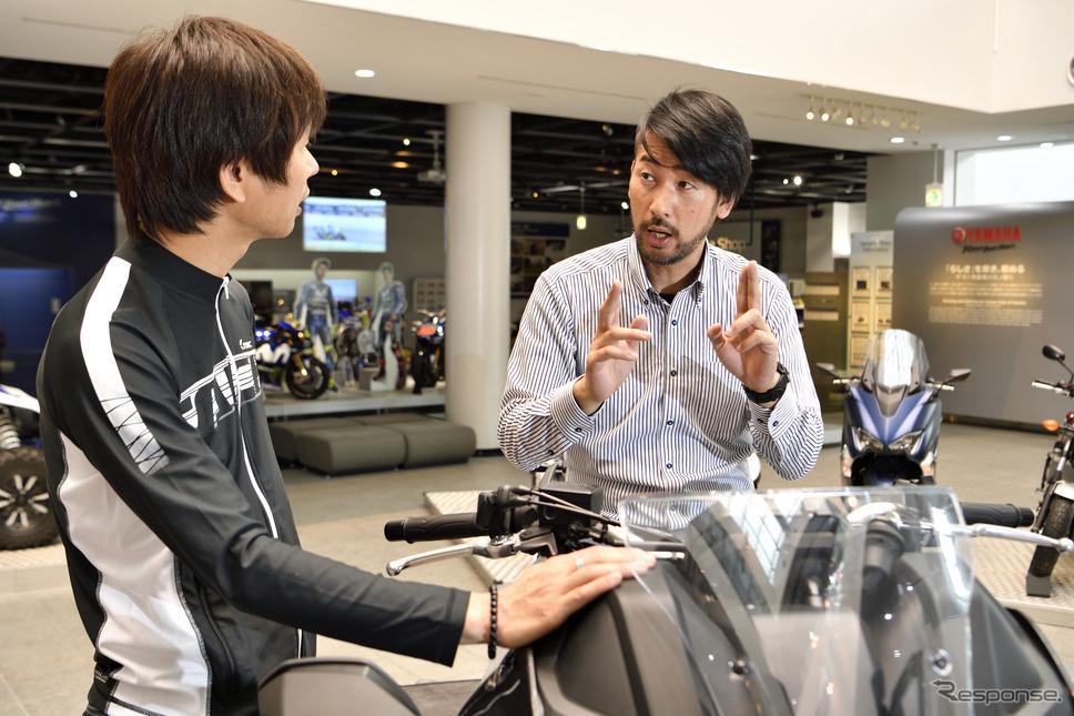ヤマハ発動機 MC事業部 戦略統括部 商品戦略部の加藤新氏(右)