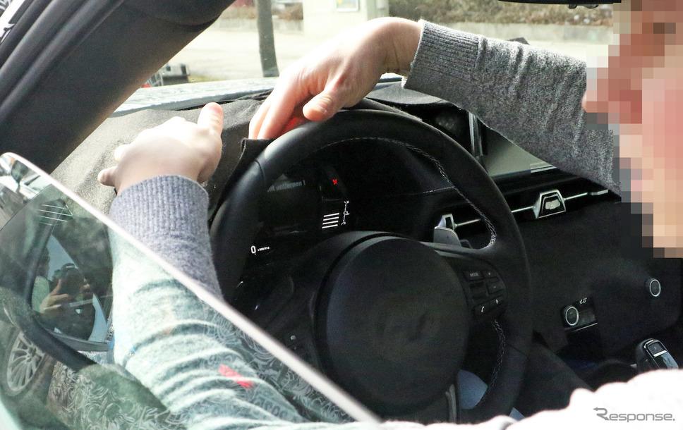 トヨタ スープラ 市販モデルの運転席をスクープすることに成功。パドルシフトの存在が確認できる。