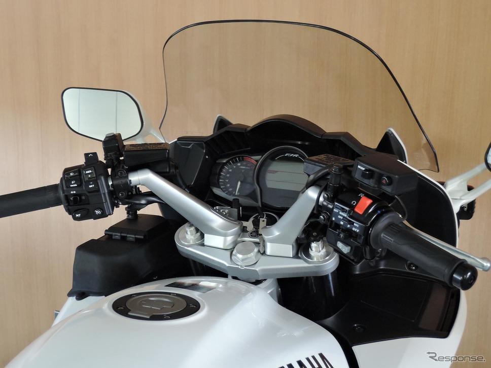 白バイのメーター部分。前方車両の速度を計測するストップスピードメーターが備わる