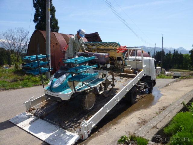 田植え機は、トラックに載せて田んぼまで運ぶ