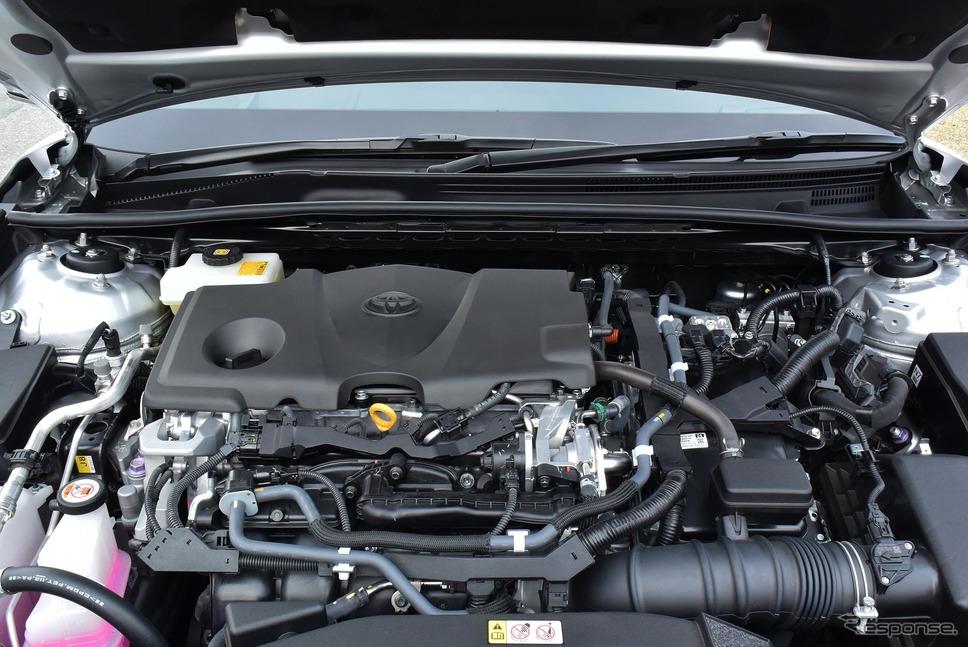 トヨタ カムリ 新型のエンジンルーム。ストラットタワーはパフォーマンスロッドで締結されていた。走行性能向上のためだろう。