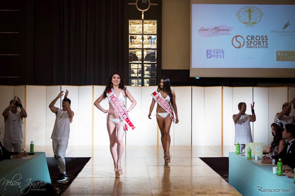 「ミス・ツーリズム・クイーン・オブ・ザ・イヤー・インターナショナル2018」に挑む一ツ山里紗さん(ステージ左)