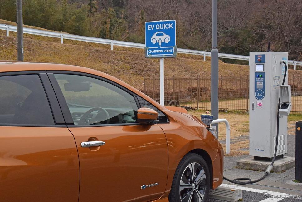 三重県の道の駅いがで急速充電中の日産リーフ。道の駅やコンビニエンスストアの急速充電器は出力が低いものが多く、30分で充電される電力量は少なめ。