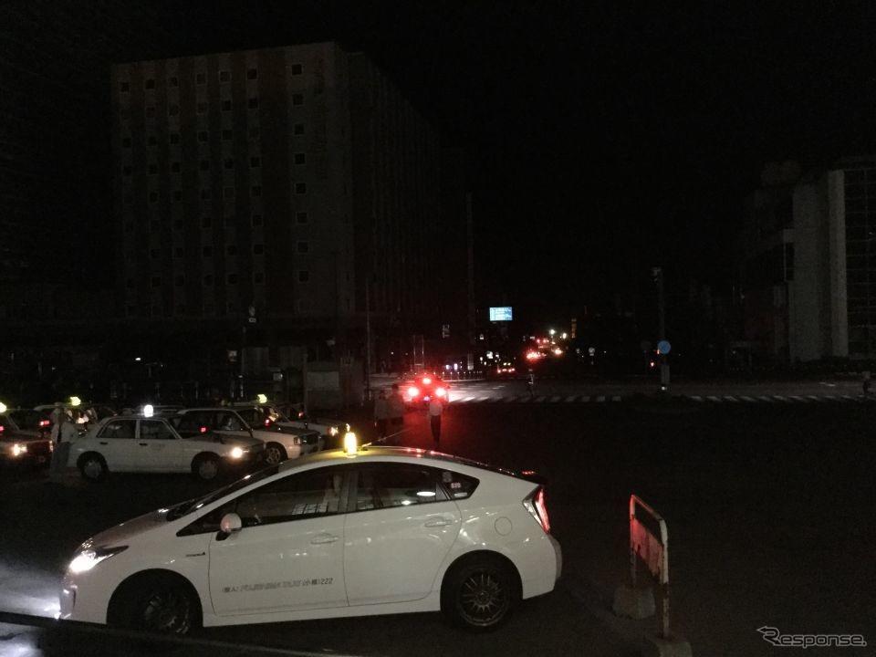 電気が灯った小樽駅とは裏腹に、依然ブラックアウトが続く駅前通り。