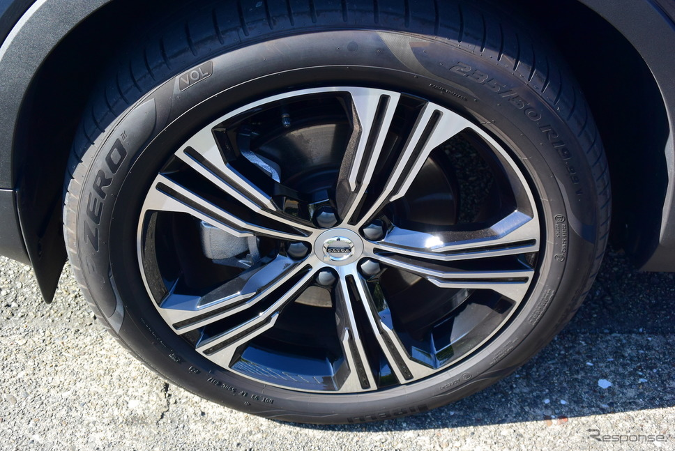 タイヤはピレリ「P-ZERO」