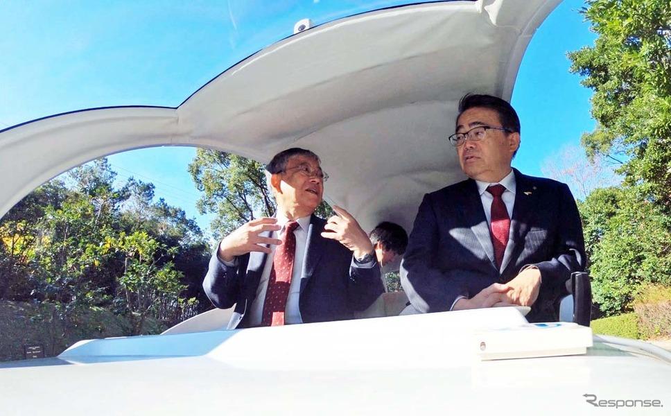 Milee(マイリー)に乗車して自動運転を体験する愛知県の大村秀章知事(右)と豊橋市の佐原光一市長。