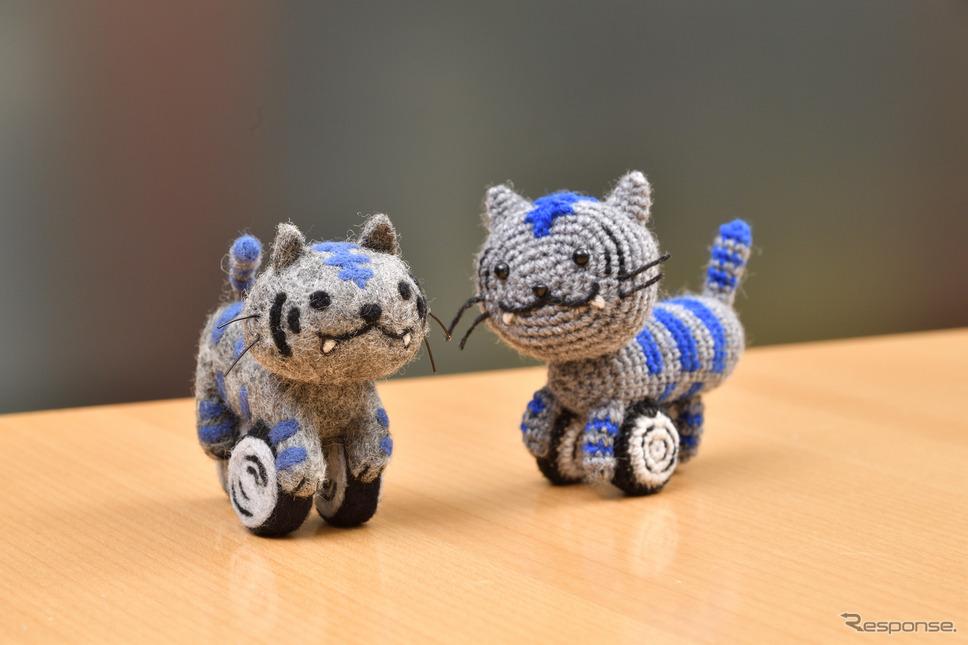 羊毛フェルト(左)とあみぐるみ(右)による「ニャイケン」