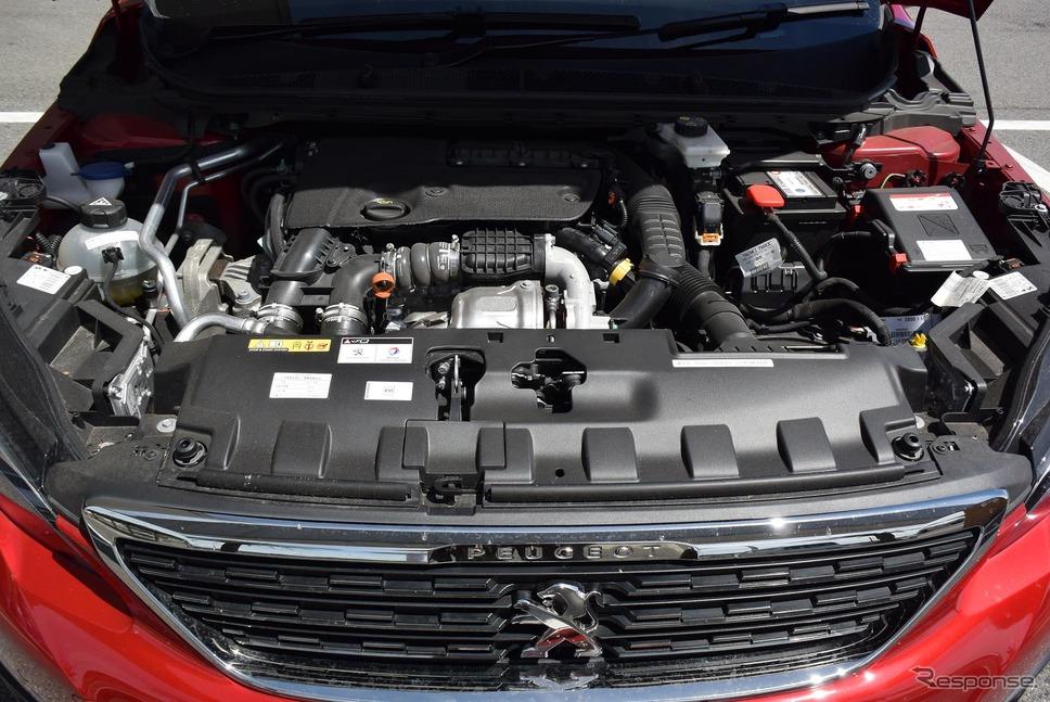エンジンルーム。エンジンマウントは上から吊り下げるような方式で、スロットル操作によるエンジンの振れはかなり小さめ。
