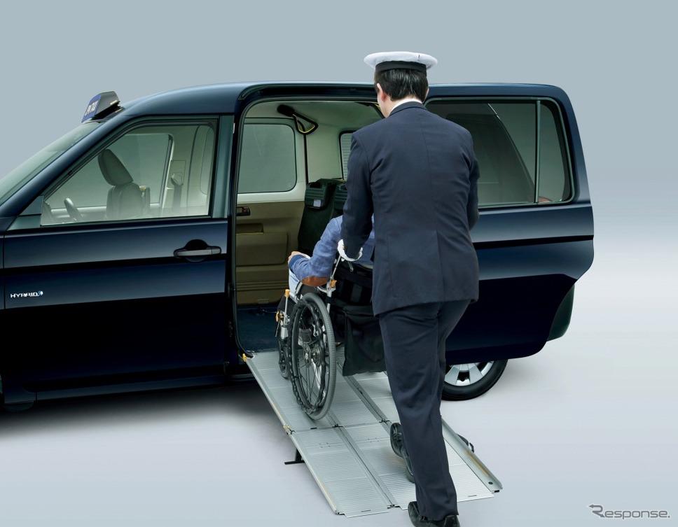 ジャパンタクシーの車いす用スロープ