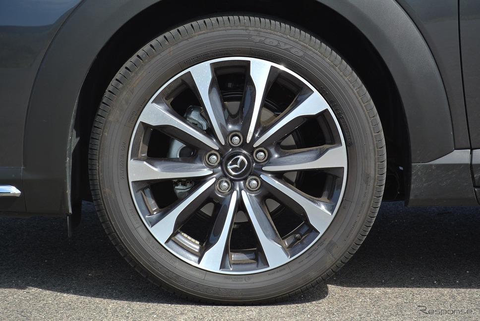 タイヤはサイドウォールの柔軟性が高められた新チューンのトーヨー「プロクセスR52A」。215/50R18はあまり一般的なサイズでないため、アフターマーケットでのタイヤの選択肢は限られる。