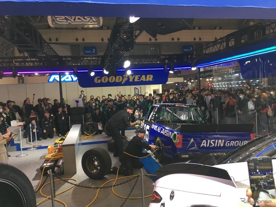 東京オートサロン2019 グッドイヤーブース Hattori Racingピットスタッフによタイヤ交換作業