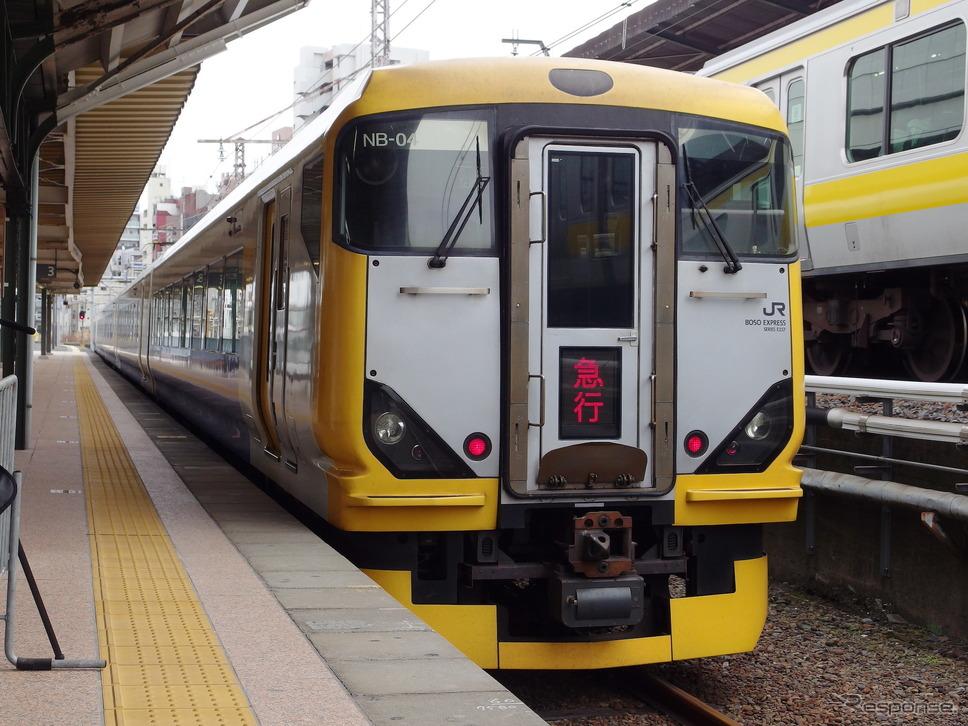 両国駅3番線に据え付けられたE257系。列車種別表示は「急行」(両国プラレール駅発表会)。