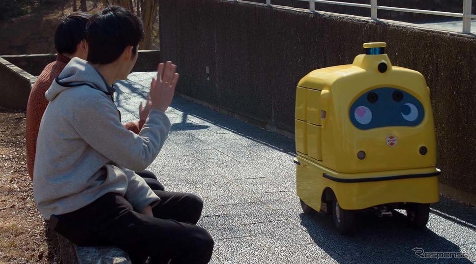 宅配ロボット(CamRo Deli)は走行中にすれ違った人たちに表情を変えたり言葉を発して愛想を振る舞う
