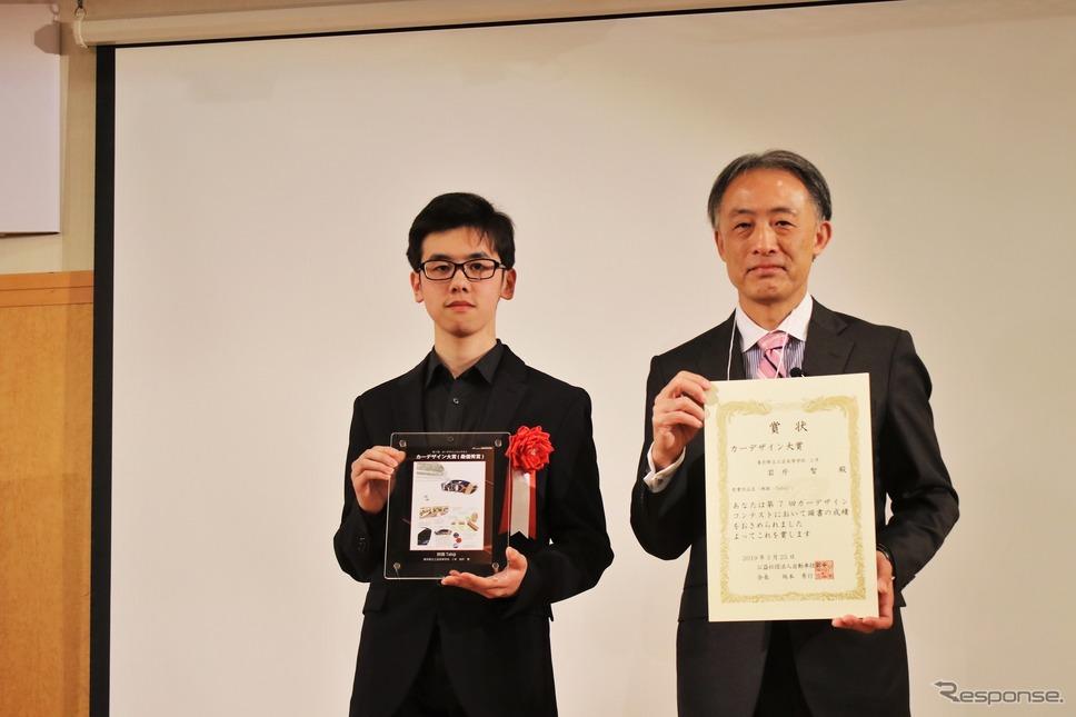 第7回カーデザインコンテストでカーデザイン大賞を受賞した岩片智君 東京都立工芸高等学校2年(左)