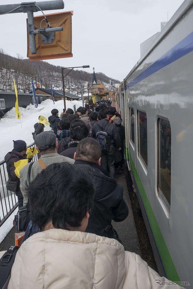 本来はワンマン運転の夕張支線だが、最終日は車掌が乗り込み、全車両のドアが開閉。終点の夕張駅では狭いホームに大勢の人々が降り立ち、駅から出るのにかなりの時間を要した。2019年3月31日撮影。