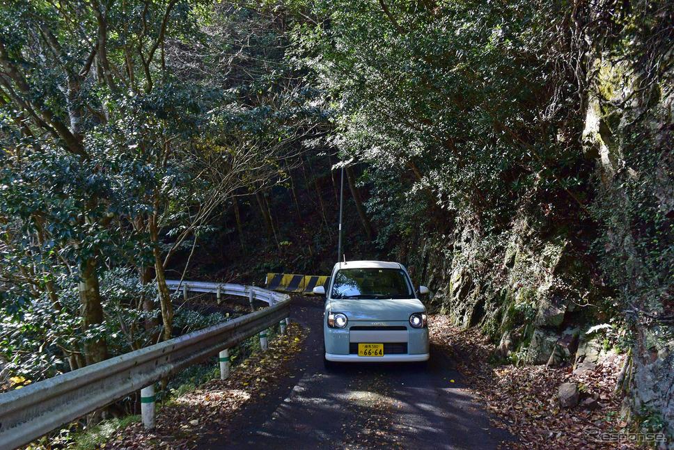宮崎奥地のダム湖岸道路を行く。