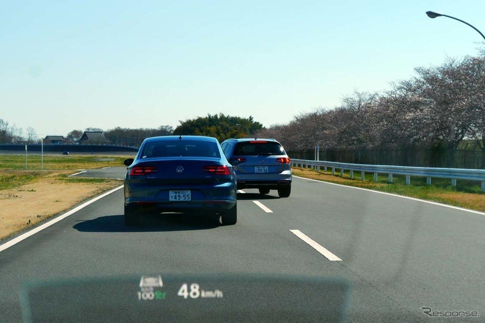 右側車線から追い越しした車両が割り込んでくるシーンも想定。この状態でも速度を自動調整して隊列を守った。