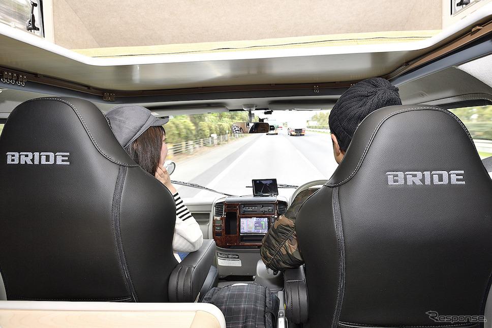 快適なドライブで二人の会話も弾む