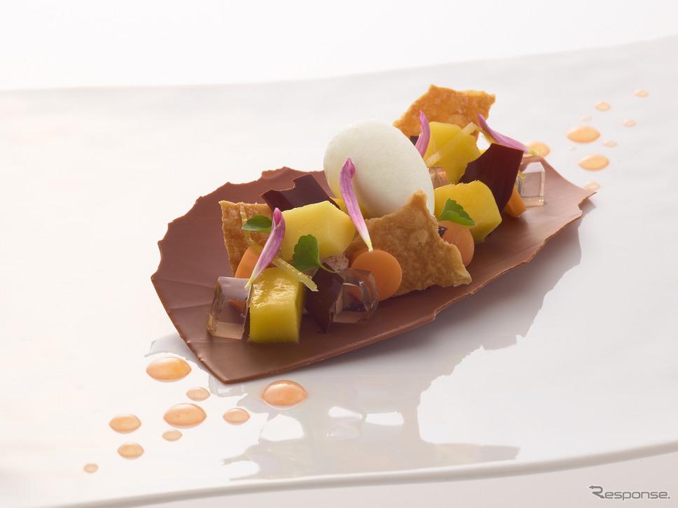ショコラティエとしても卓抜した技を持つ、トゥールダルジャン 東京のシェフパティシエ、ロイック ピヴォ氏が創作するデザート。写真は「ミルクチョコレート アゼリア マンゴーと生姜風味のココナッツシャーベット」。
