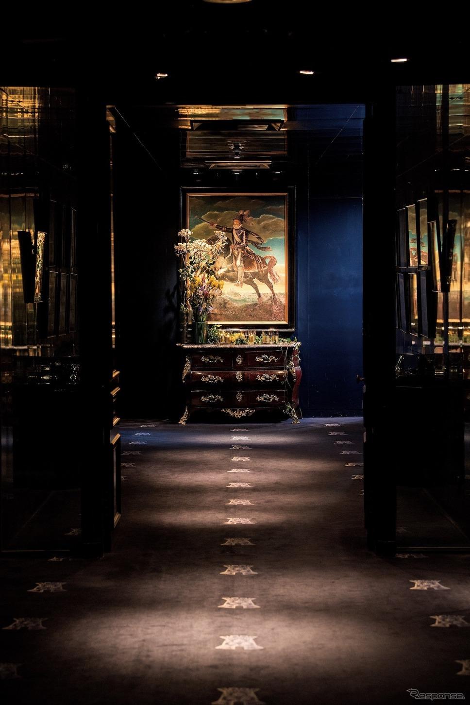シックな濃紺に彩られた気品溢れるエントランス。壁面には各界の著名人が来店された際に記した記念のサインが飾られている