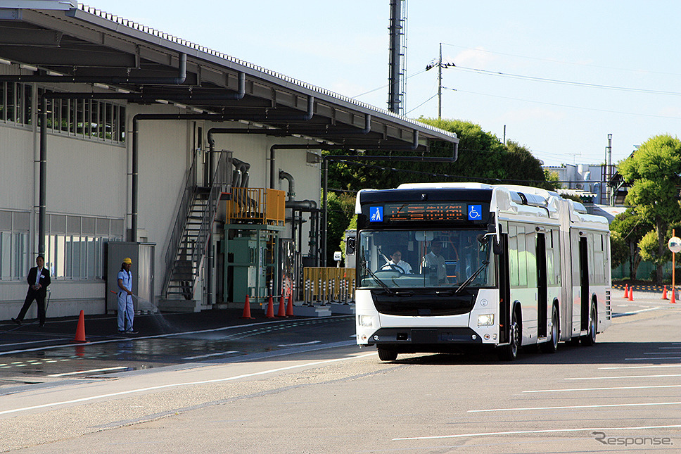 いすゞと日野が共同開発した、国産初の連節バス(2019年5月24日/ジェイ・バス宇都宮工場)