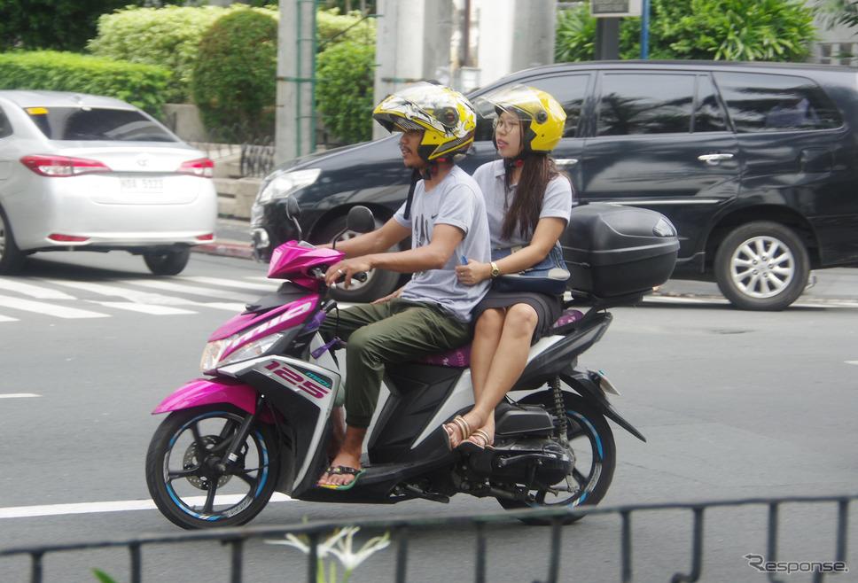 フィリピン・マニラ市内を走るヤマハ『MIO』。鮮やかなマゼンタカラーが人気だ