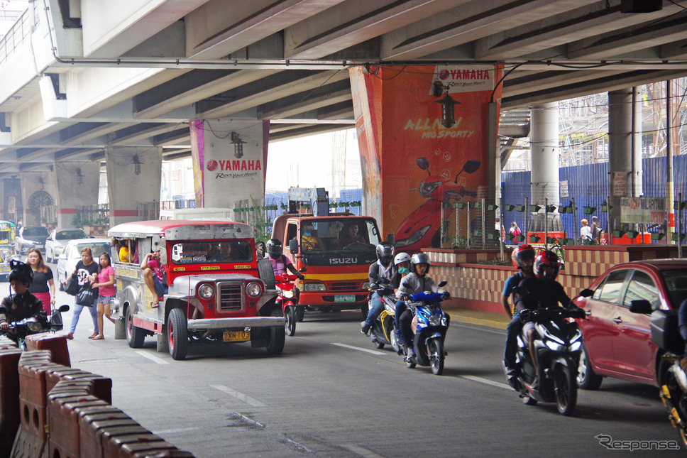 ヤマハモニュメント駅の目の前の道路。かなり交通量は多い