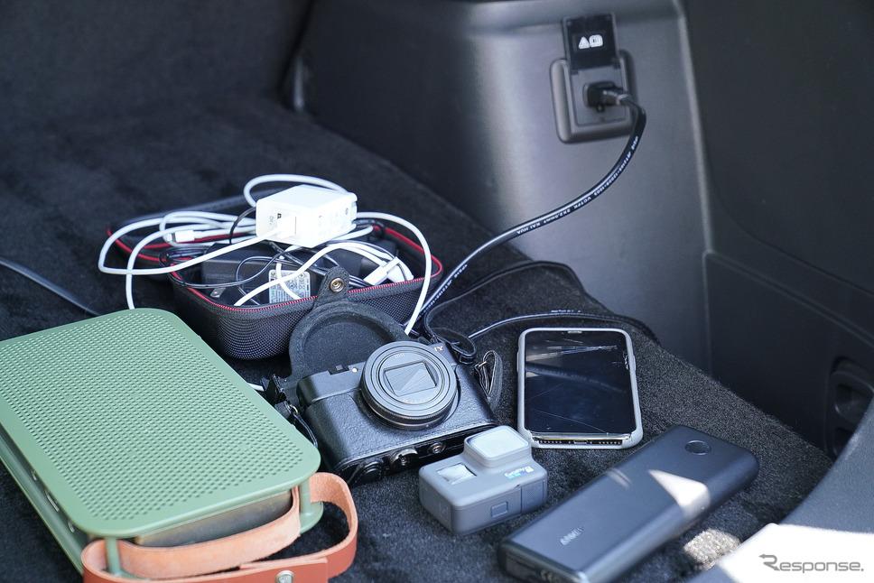 旅エッセイイストとしての必需品たち。電源は必要不可欠だ