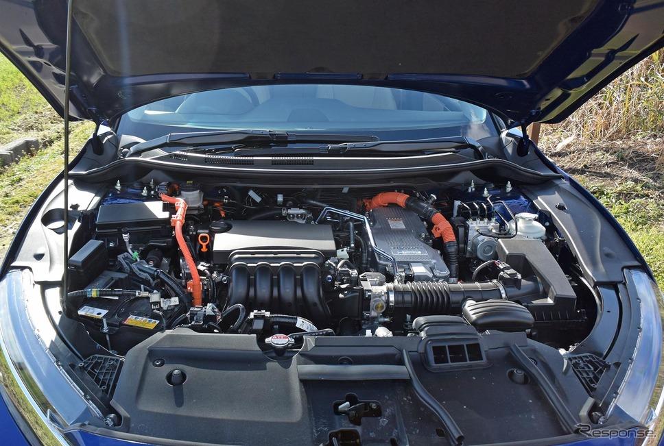 クラリティシリーズにはPHEVのほかに、BEV(純電気自動車)、FCEV(燃料電池電気自動車)があるが、いずれもパワーユニットと出力制御ユニットをボンネット内に収容できるのが特徴。ボンネットがつっかえ棒式なのは588万円のクルマとして相応しくない。