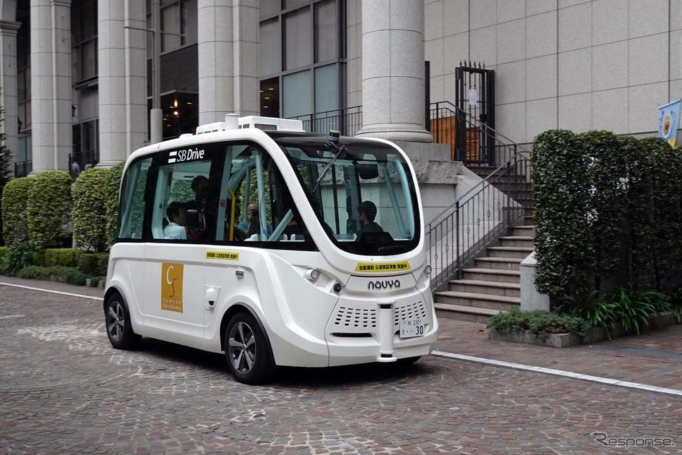 東京イタリア街を走行するSBドライブの実証実験車両、ハンドルないバス。