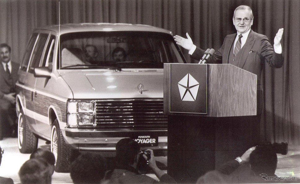 前輪駆動の1984年型ミニバン(プレマス・ヴォイジャー、ダッジ。キャラバン、ダッジ・ミニ・ラム・バン)を発表するアイアコッカ氏(1983年)
