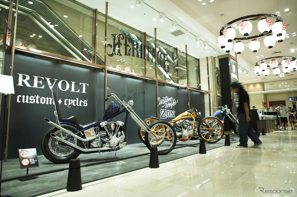 1階、女性小物売り場前に3台の究極のカスタムバイク。