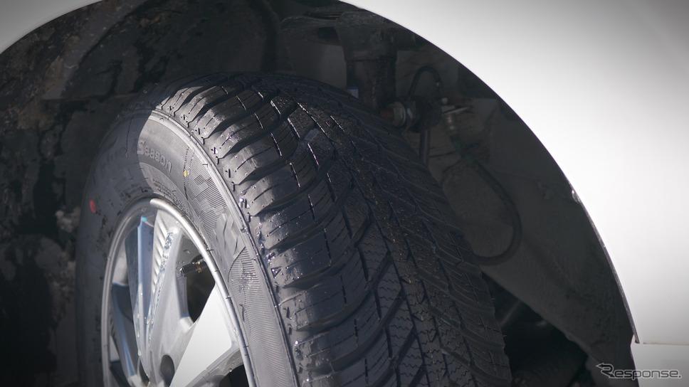ネクセンのオールシーズンタイヤ『Nブルー 4シーズン』は、V字型トレッドパターンが雪を引っ掻いてしっかりとトラクションを稼ぐほか、低温域でもしなやかさを失わないゴムが路面を捉える