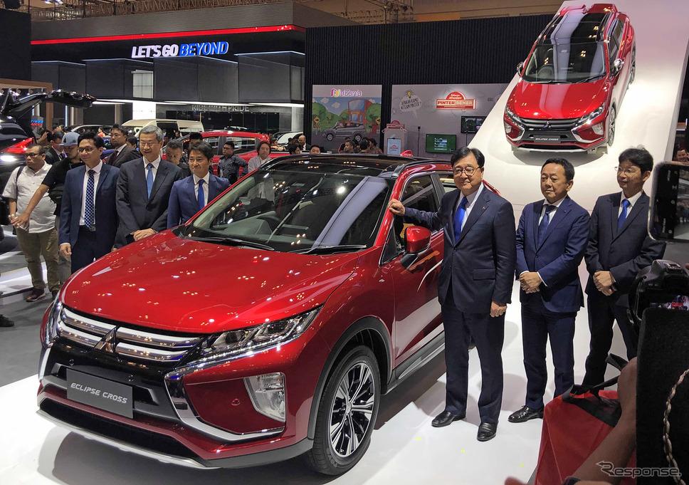 三菱自動車の益子修会長みずから新商品をアピール(インドネシア国際オートショー)
