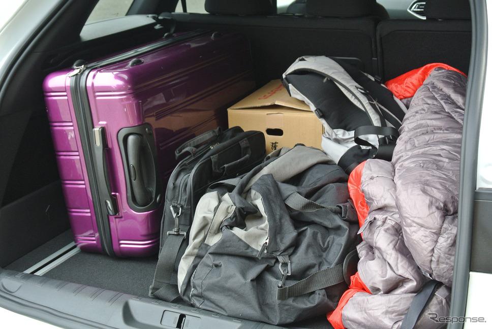 荷室に荷物を満載してみたが、収容力はCセグメントワゴンとしては抜群に高かった。