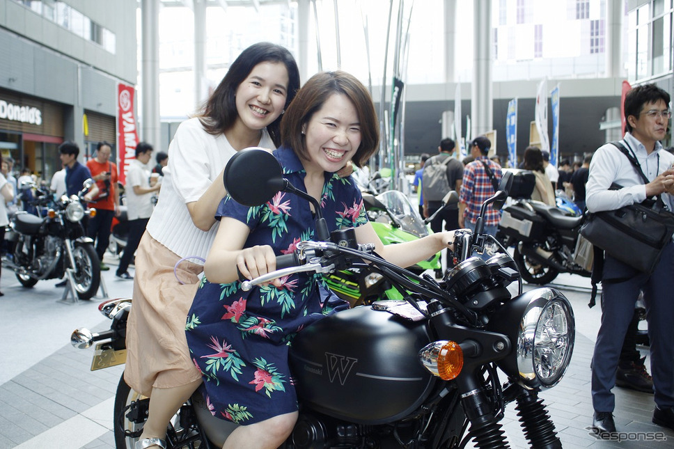 バイクをカッコいいし乗ってみたいと話す山本優衣さん、津村実咲さん