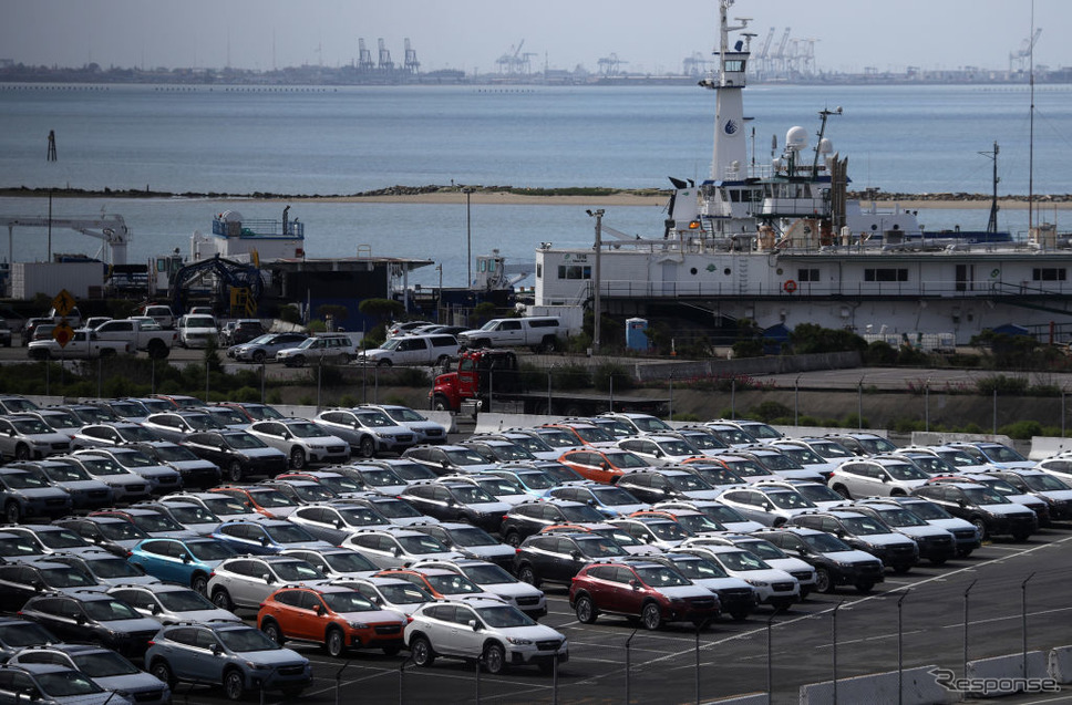 米の港に並ぶ日本車