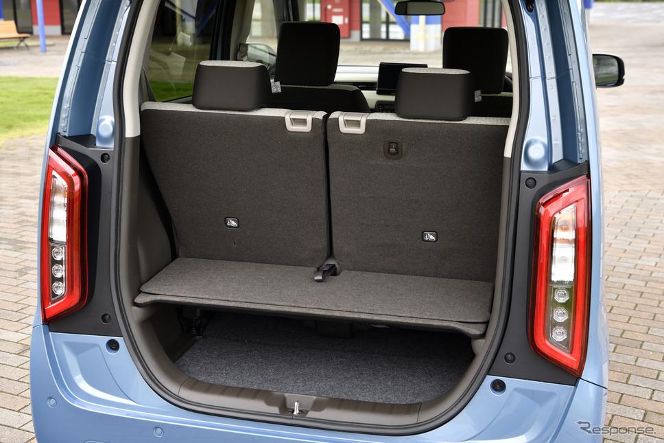 二段式になった使い勝手の良い荷室。買い物カゴを横にふたる載せることも