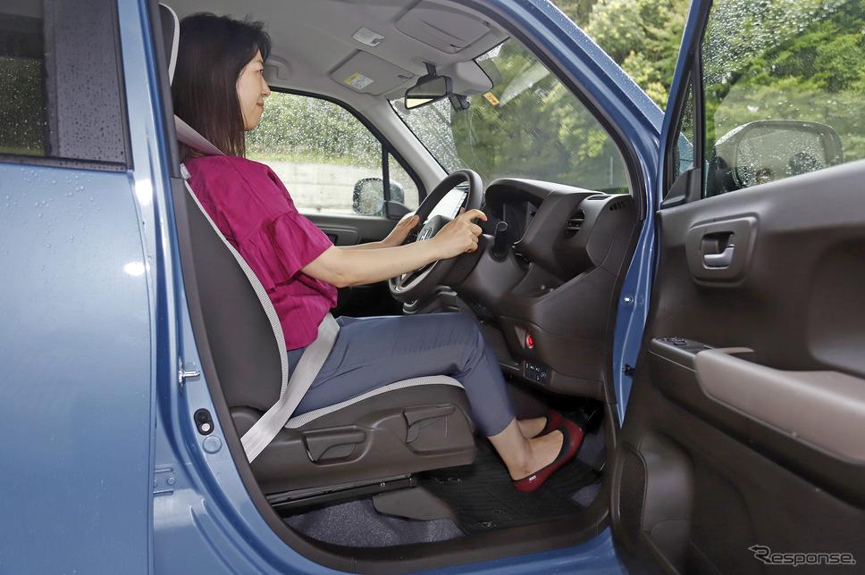 テレスコピック&チルトを標準装備したことで最適なドライビングポジションを取ることができる