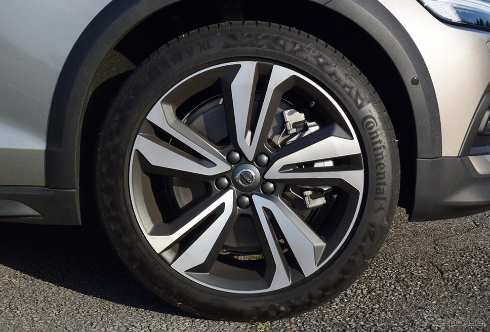 タイヤはコンチネンタル「プレミアムコンタクト」。このタイヤのフィールは抜群で、走り味、乗り味の向上に少なからず寄与しているものと思われた。