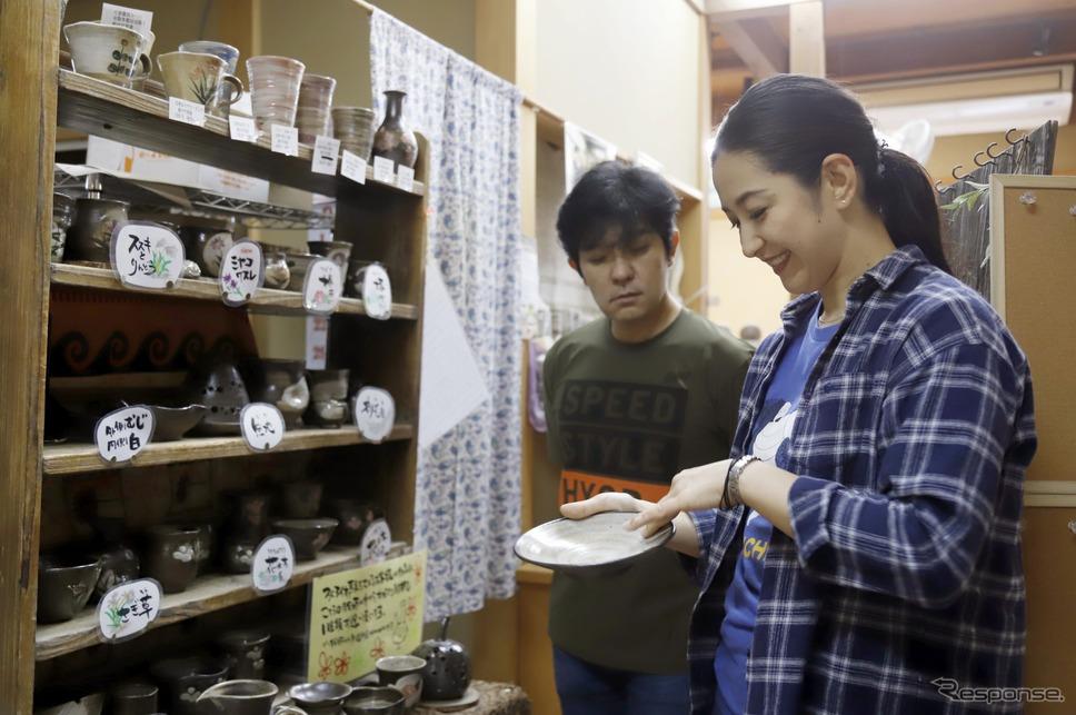 陶芸教室で仕上げについて語る原田さんと多聞さん