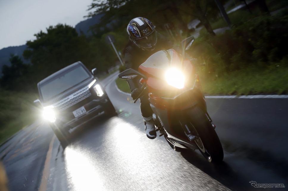 多聞さんがバイク、原田さんがクルマでツインリンクもてぎまで向かう
