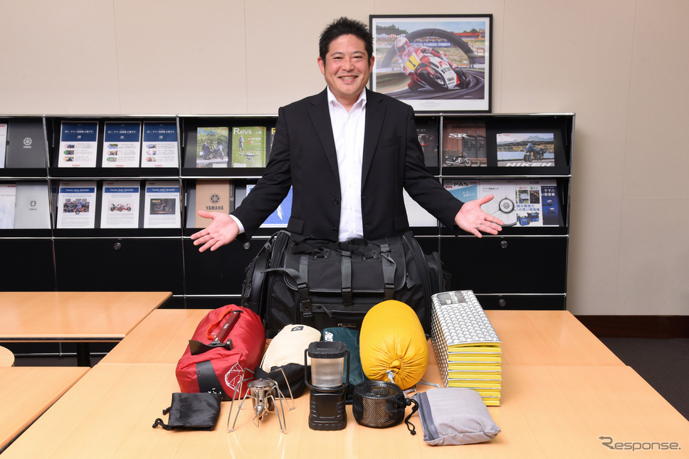 ヤマハ発動機販売・広報・商品企画グループの井下田憲弘さんとツーリングキャンプセット
