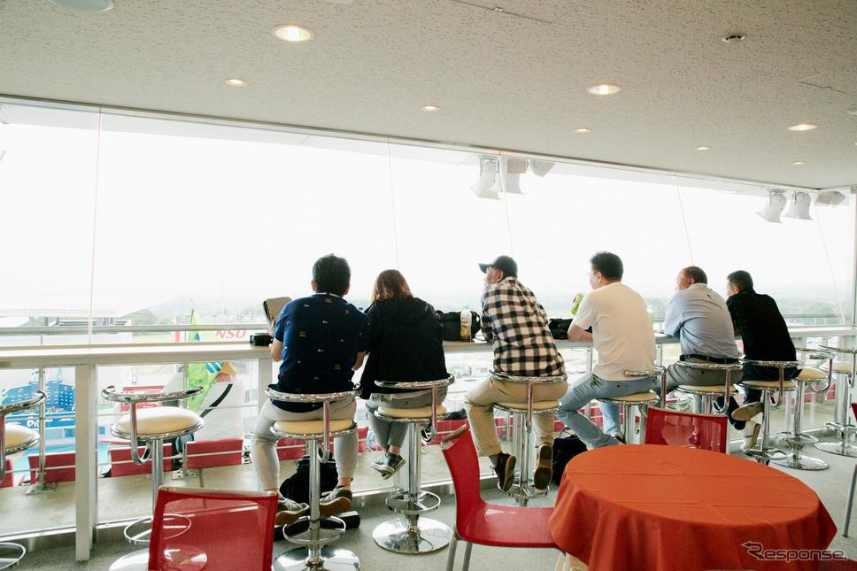 メインスタンド上のラウンジからレースを観戦することができるプラチナルーム