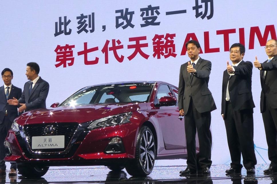 日産自動車内田誠専務執行役員(向かって右から3人目。広州モーターショー2018)