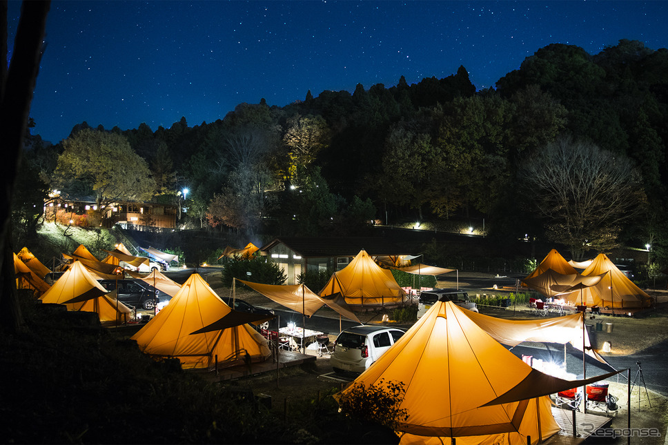 グランピングテントに明かりが灯る