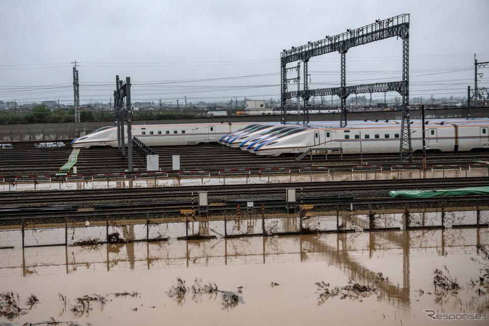 浸水した長野新幹線車両センターの北陸新幹線車両。